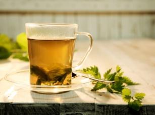Dlaczego warto pić napar z pokrzywy? Przepis na herbatę i sok