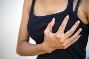 Atrybut kobiecości a zdrowie. Kiedy ból piersi powinien zaniepokoić?