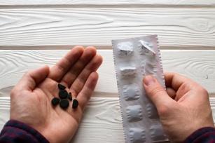 Węgiel – szybka pomoc przy biegunce. Plusy i minusy leków na biegunkę