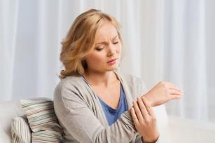 Ból stawów dłoni. Skąd się bierze i jak go leczyć?