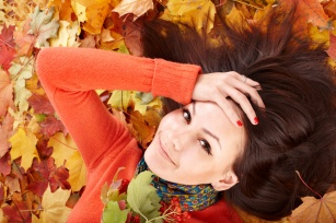 Zimne powietrze kontra przesuszone włosy i rozdwojone końcówki - Zahartuj włosy jesienią!