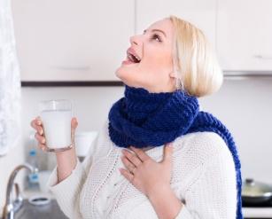 Podejrzewasz u siebie początki infekcji? Rozpraw się z bólem gardła przy użyciu płukanek!
