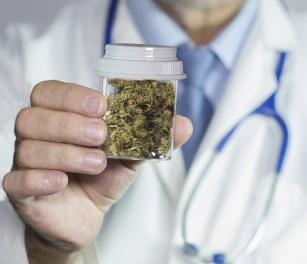 Kontrowersyjny lek. Medyczna marihuana – na co pomaga?