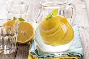 Woda z cytryną? Poznaj 15 powodów, dlaczego warto ją pić!