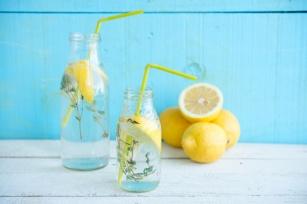 Najlepszy napój na dzień dobry – woda z cytryną. 12 korzyści i skutki uboczne