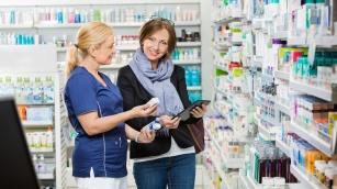 kobieta-w-drogerii-kupuje-iwostin 1