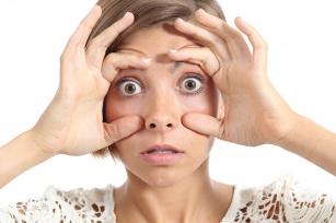 Ciężkie podkrążone oczy: 10 domowych i aptecznych sposobów na walkę z problemem!