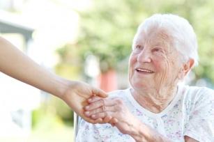 Jak przeciwdziałać chorobom otępiennym u osób starszych? 6 zasad pracy z osobą starszą