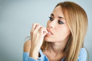 Onychofagia, czyli obgryzanie paznokci – problem nie tylko estetyczny, ale też zdrowotny.
