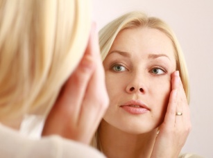 Kurze łapki z dala od twarzy! Przedstawiamy 6 receptur, które pozwolą wygładzić skórę wokół oczu!
