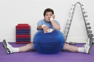 Chodzisz na fitness? Poznaj 10 najczęstszych błędów popełnianych na treningach.