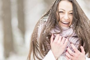 Jak prawidłowo zadbać o włosy zimą?