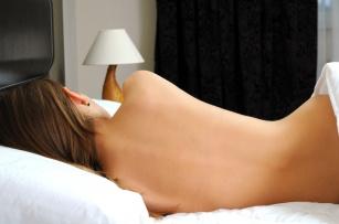Piżama to zbędny wydatek?! Poznaj 5 powodów, dla których warto spać nago!