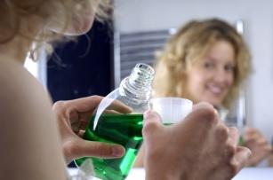 Domowe sposoby leczenia nie zawsze są skuteczne! Sprawdź, które zamiast pomóc mogą zaszkodzić.