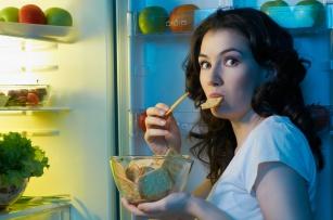 Nocni ludzie z apetytem kontra skutki obżarstwa przed snem!