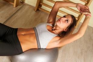 Piękne piersi bez skalpela – przykładowe ćwiczenia korzystne dla biustu.