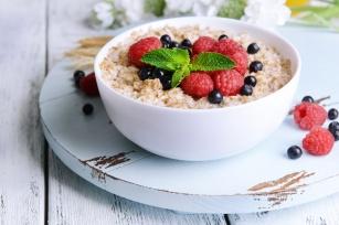 Idealne śniadanie osób szczupłych i zdrowych. Przedstawiamy plusy jedzenia owsianki!