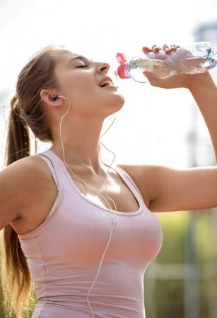 Co należy pić w trakcie biegania? Sprawdź po jakie napoje warto sięgać.