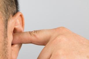 Zatkane ucho – jak samodzielnie odetkać ucho?