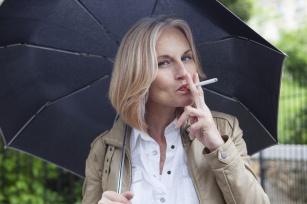 Czy palenie papierosów przyspiesza menopauzę?