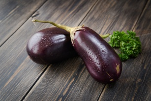 Fioletowe warzywo o nietypowym smaku. Co powinieneś wiedzieć o bakłażanie