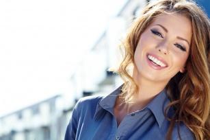 Codzienne nawyki w pielęgnacji włosów i brwi - Jak obchodzić się z nimi delikatnie?