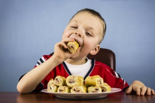 Jedzenie szkodliwe dla dzieci. Lista produktów, których należy unikać