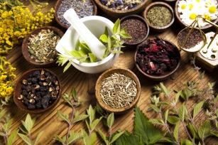 """Grypa żołądkowa: 8 przydatnych rodzajów ziół do leczenia """"jelitówki"""""""