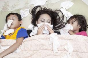 Przeziębienie lub grypa dopadło Ciebie lub kogoś z najbliższych? Sprawdź, co zrobić by za chwilę cały dom nie zamienił się w szpital.