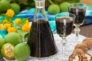 Naturalny lek na problemy żołądkowe. Nalewka z orzecha włoskiego