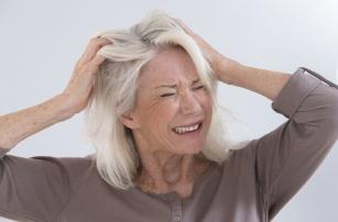Skóra głowy swędzi tak, że nie możesz przestać się drapać? – Sprawdź, jakie mogą być tego przyczyny.