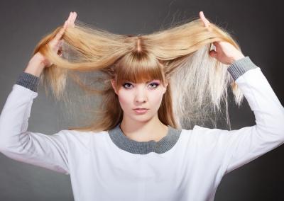 Olejki, maseczki... W jaki sposób możesz pielęgnować przesuszone włosy?
