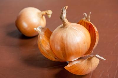 Nie wyrzucaj! Łupiny cebuli to środek na alergię i astmę