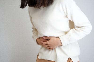 Jak radzić sobie z bólem brzucha? Przyczyny, sposoby, leki