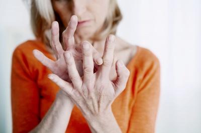 Reumatyzm chorobą młodych i starszych. Sprawdź jak z nim walczyć.